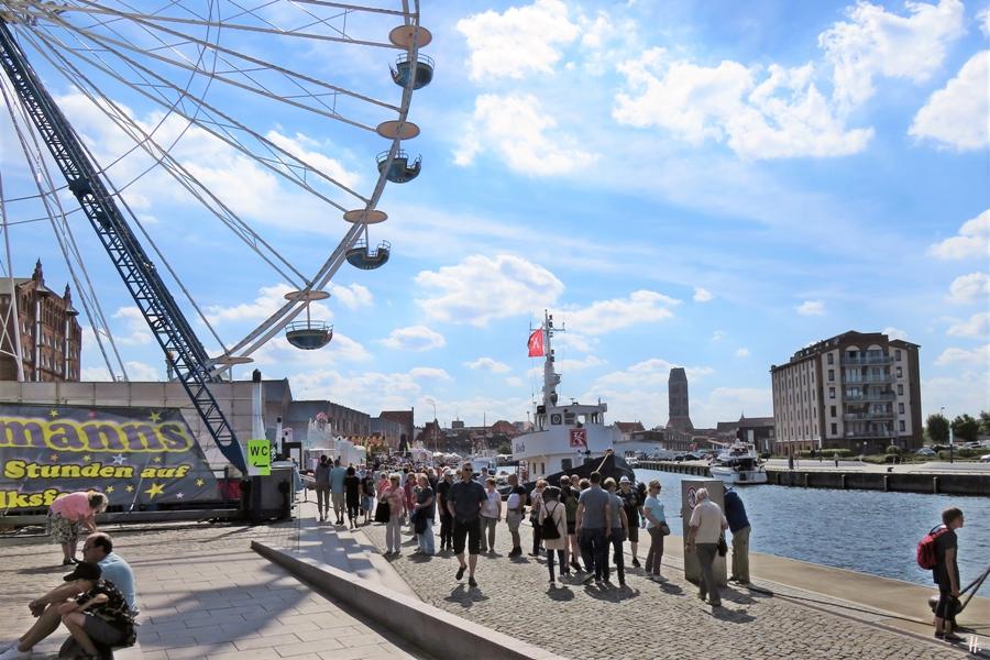 2018-08-18 spätvormittags, WISMAR, Alter Hafen - zu Lande, Altstadtblick, Riesenrad + Kai